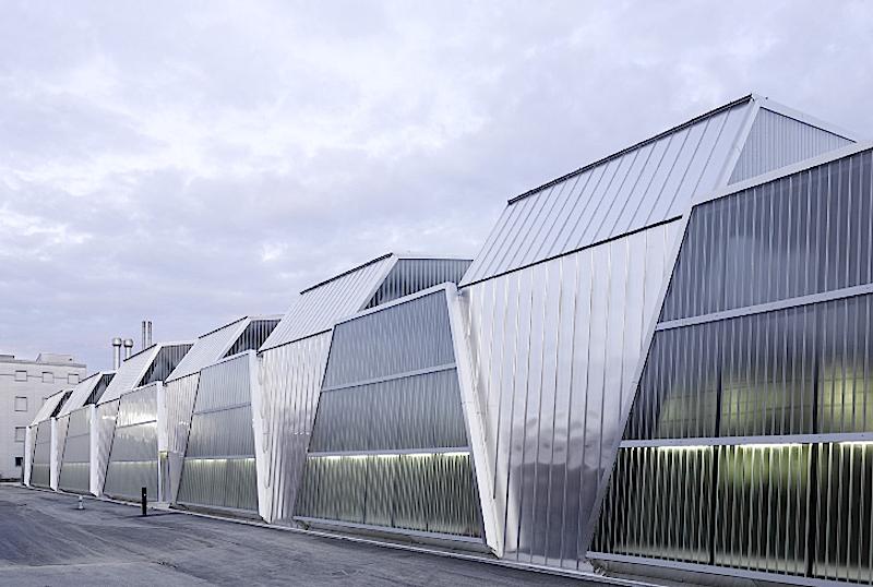 Zu den Gewinnern des Schweizer Stahlbaupreises 2014 zählt auch das 200 Meter lange Straßenbahndepot des Architekturbüros Penzel Valier aus Zürich.