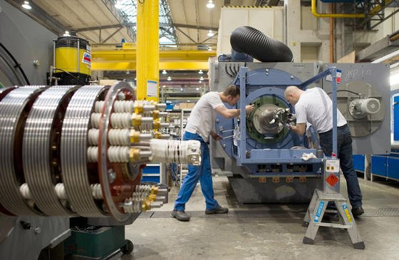 Mitarbeiter der VEM Sachsenwerk arbeiten an der Montage eines sechs Megawatt Windkraftgenerators im Werk in Dresden: Die Maschinenbauer erwarten im nächsten Jahr ein Wachstum von einem Prozent.