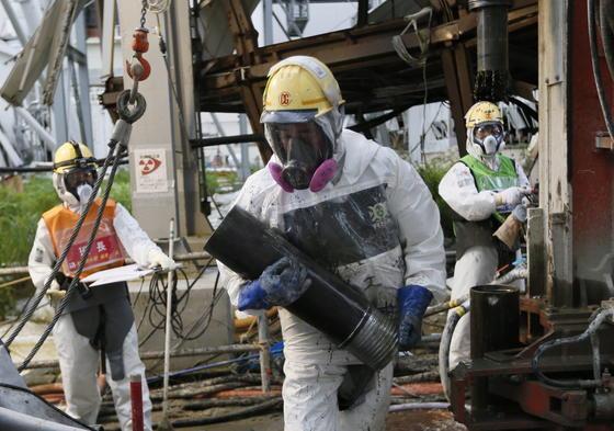 Im ersten Schritt pumpt Tepco durch Bohrlöcher eine Art Harz ins Reaktorinnere. Dieses bindet radioaktive Partikel in der Luft. Die Brennstäbe lassen sich vermutlich erst 2020 bergen.
