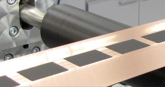 Das KIT hat ein Verfahren entwickelt, mit dem man Elektrodenfolien besonders schnell und präzise beschichten kann. Dadurch könnte sich die Herstellung von Lithium-Ionen-Akkus deutlich verbilligen.
