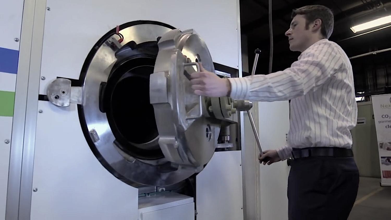 Das CO2in der Waschmaschine wird bei einem Druck von 74 bar und 31 Grad Celsius flüssig. Es saugt Schmutzpartikel wie ein Schwamm auf und gibt sie beim Übergang in den Gaszustand wieder frei.