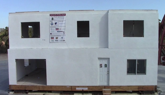 Sieben Wochen haben die Ingenieure gebraucht, um das Haus auf der Schüttelplatte aufzubauen. Selbst ein simuliertes Beben – dreimal so stark wie das Loma-Prieta-Erdbeben mit einer 6,9 auf der Richterskala – konnte dem Haus nichts anhaben.