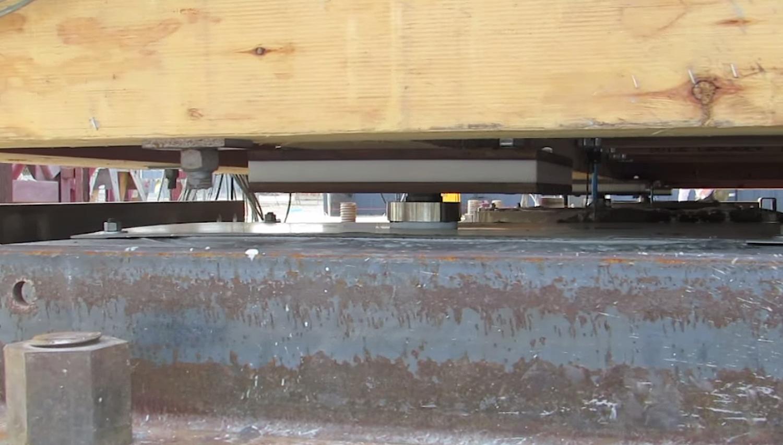 Das Haus ruht auf seismischen Isolatoren – Gleitern aus Stahl und Kunststoff, die jeweils rund elf Zentimeter im Durchmesser haben und in flachen Mulden aus galvanisiertem Stahl ruhen. Sie entkoppeln das Haus von den Schwingungen der Erde, es rutscht lediglich hin und her.