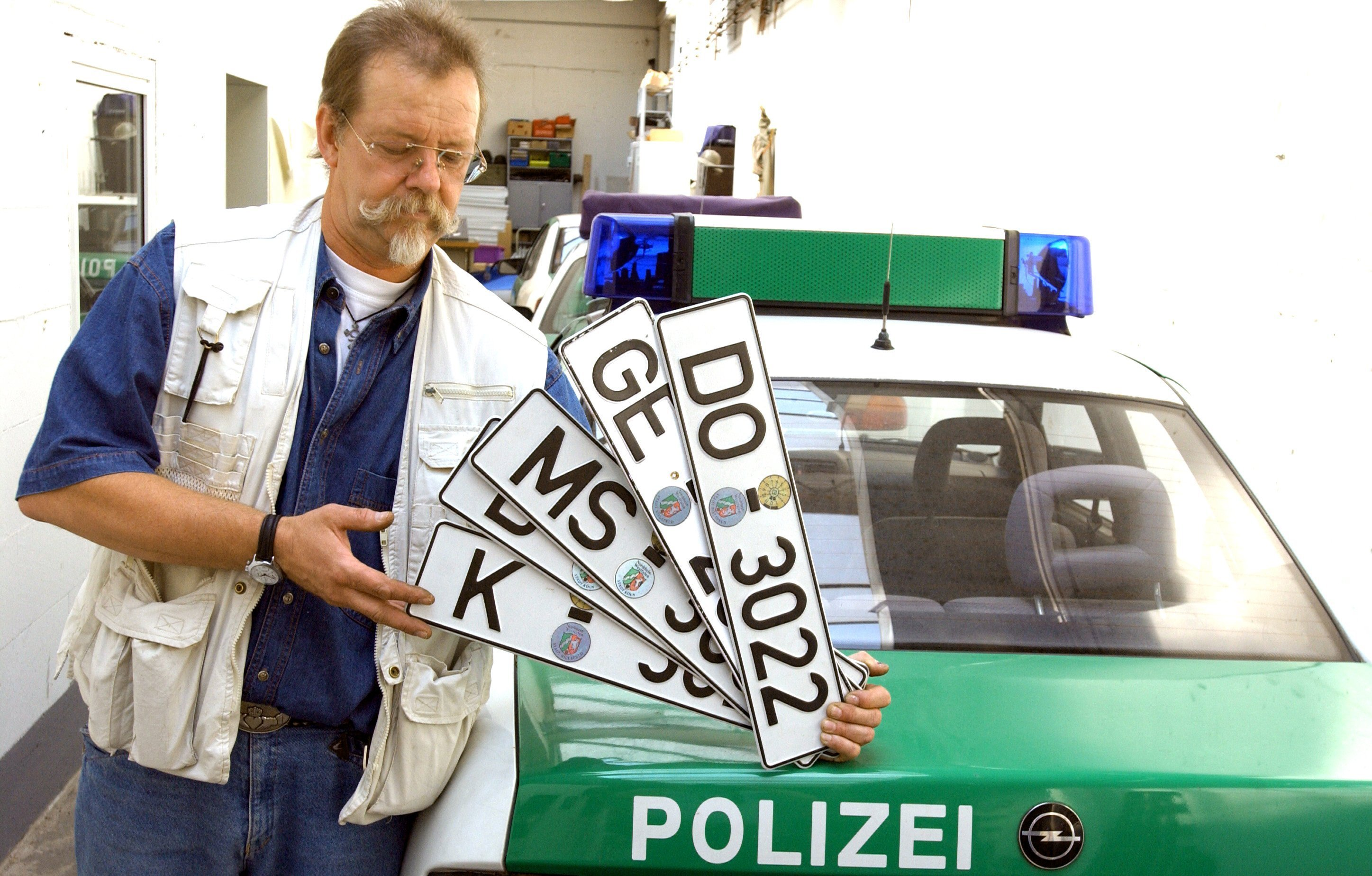 Der automatische Scan der Nummernschilder verstößt nicht gegen Grundrecht, urteilte das Bundesverwaltungsgericht. Begründung: Wenn sich kein Verdacht auf Autodiebstahl ergibt, löscht die Polizei die Nummer ohne den Halter zu ermitteln.