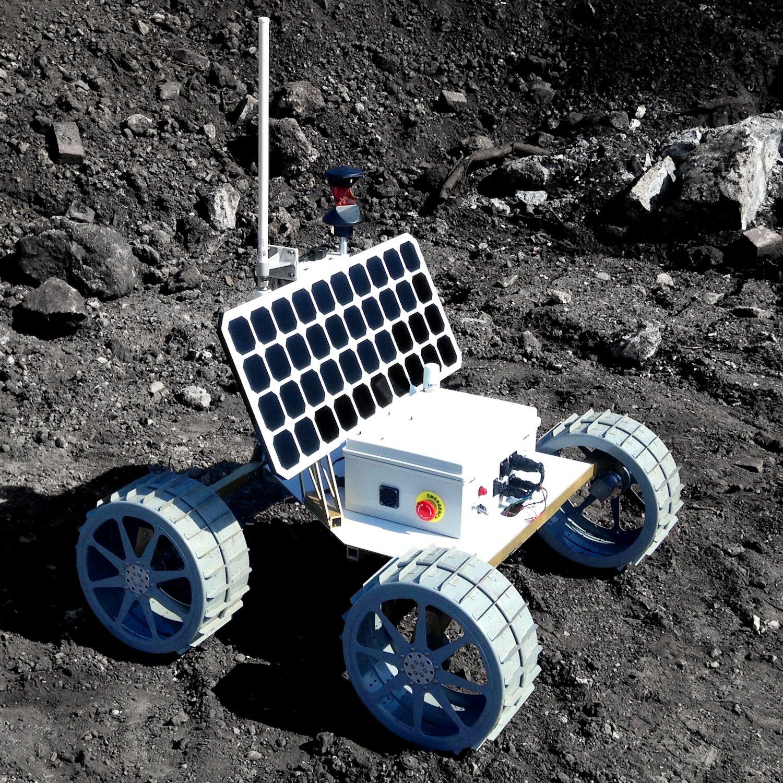 Das ist der Prototyp der Mondrovers Andy – noch ohne 3D-Kamera. Die Stromversorgung übernimmt ein Solarmodul.