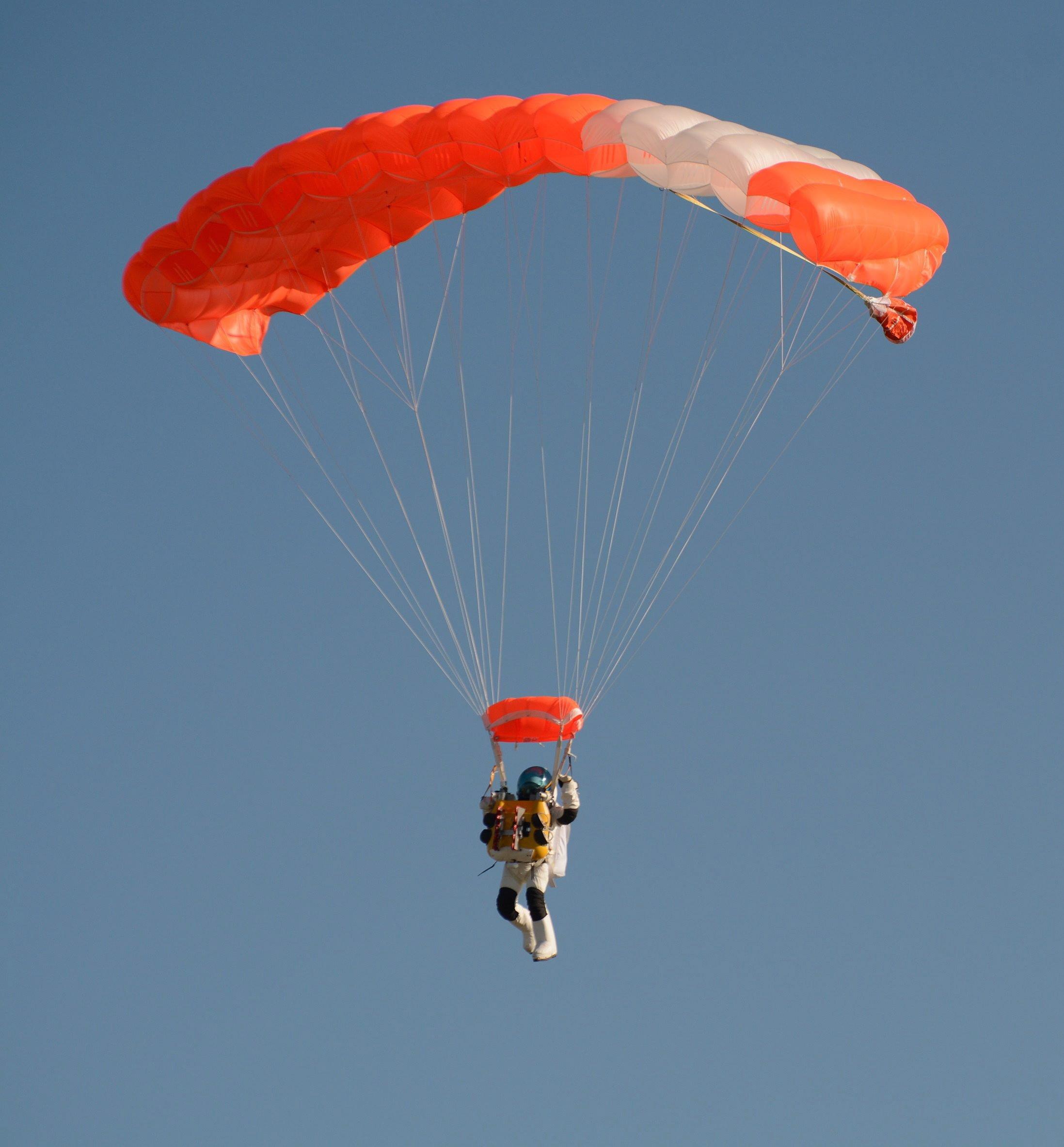 Mit einem Minifallschirm landete Alan Eustace schließlich auf der Erde.