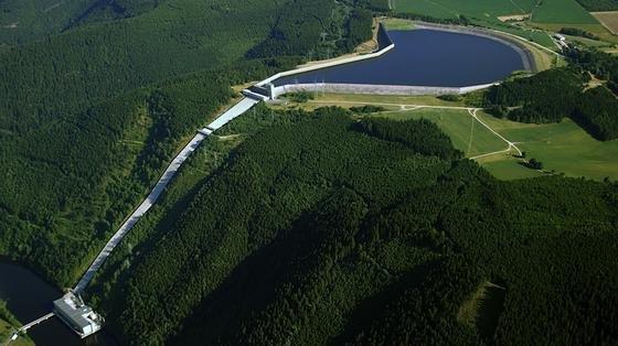 Das Pumpspeicherwerk Hohenwarte IIsüdlich der Talsperre Eichicht bei Saalfeld ist bei der Stromerzeugung auf ein Gefälle angewiesen. Die Variante des Bochumer Ingenieurs Gernot Kloss kommt ohne Gefälle aus und wäre somit deutlich flexibler.