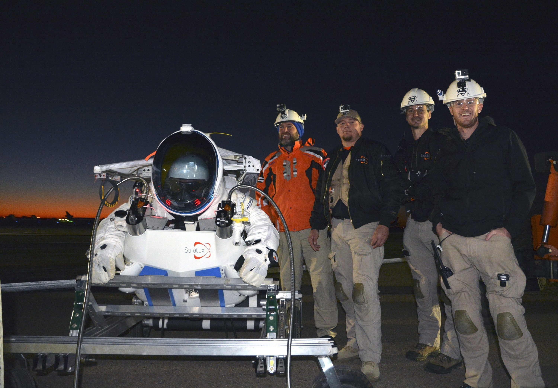 Das Team von Google-Entwicklungschef Alan Eustace (l.) vor dem Rekordsprung aus 41 Kilometer Höhe. Das Luft- und Raumfahrtunternehmen Paragon hat den Raumanzug entwickelt. Laut Ingenieuren ähnelt er den NASA-Anzügen der Apollo-Missionen.