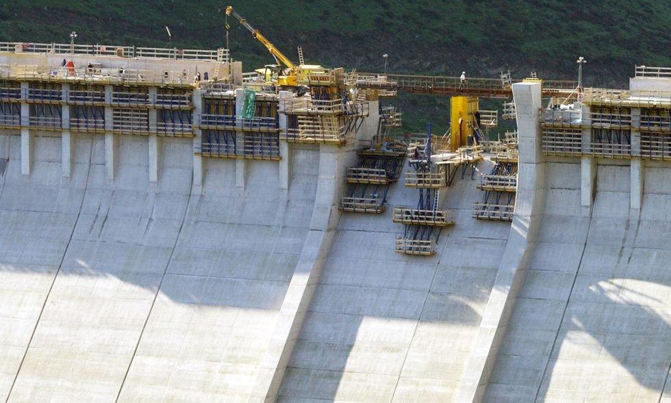 Staudamm in Deutschland: Das Foto stammt aus dem Jahr 2005 und zeigt die fast fertiggestellten Staumauer der Talsperre Leibis bei Unterweißbach in Ostthüringen. Die Betonwand ist rund 100 Meter hoch und aus etwa 1000 einzelnen Blöcken gegossen.