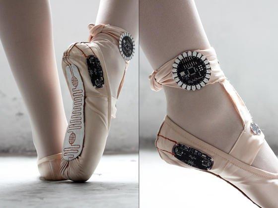 Die Ballettschuhe sind mit angenähten LilyPads versehen, die über Sensoren den Druck der Füße auf dem Untergrund und die Bewegungsrichtung registrieren und aufzeichnen.