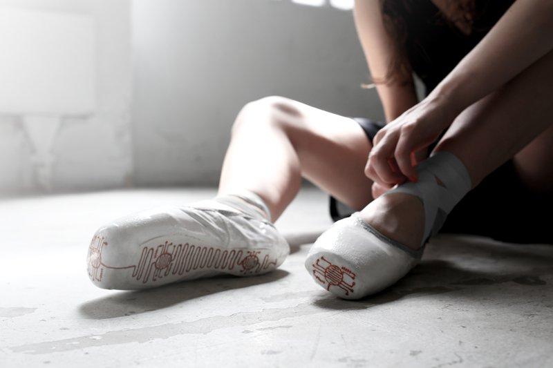 Mit den technisch aufgerüsteten Ballettschuhen lässt es sich nicht nur tanzen, sondern auch grafische Spuren erstellen.