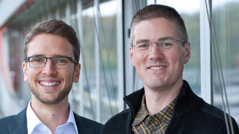 Professor Carsten Streb (r.) und Doktorand Sven Herrmann, Chemiker der Universität Ulm,entwickelten einen neuen Korrossionsschutz für Metalle, der sich bei Verletzungen sogar selbst reparieren kann.