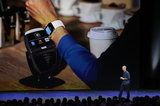 Apple-Chef Tim Cook Anfang September bei der Vorstellung des Bezahlsystems Apple Pay: Jetzt bläst ihm in den USA Gegenwind ins Gesicht. Große amerikanische Unternehmen boykottieren Apple Pay und wollen 2015 ein eigenes Bezahlsystem namens CurrentC einführen.