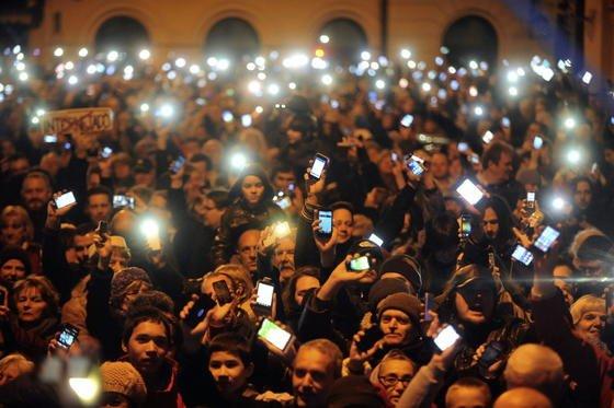 Protest mit erhobenen Handys: In Budapest demonstrierten 10.000 Menschen gegen die geplante Internet-Steuer. Mit einer Facebook-Gruppe wurde die Kundgebung organisiert.