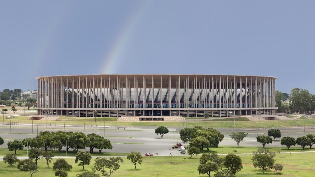 Wie es sich für eine der architektonisch modernsten Städte des Landes gehört, wird das Estadio Nacional Mané Garrincha in Brasilia eines der beeindruckendsten und das zweitgrößte der WM 2014 werden. Entworfen wurde das Stadion vom Hamburger Büro GMP.