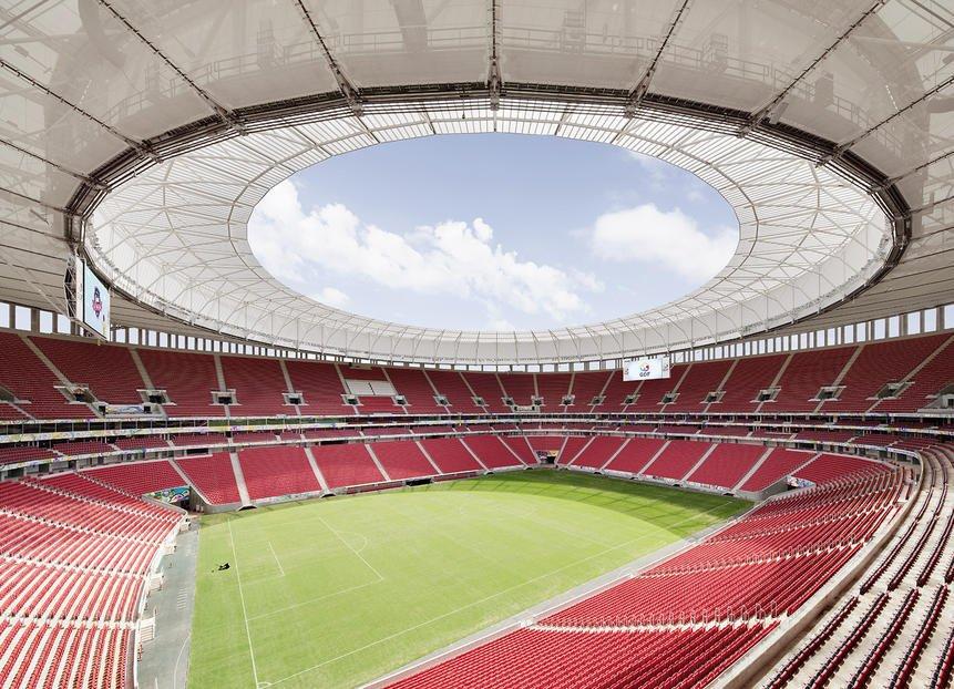 Innenraum des besonders umweltfreundlichen Stadions von Brasilia. Der Rasen wird mit Wasser bewässert, dass auf dem Stadiondach aufgefangen wird.