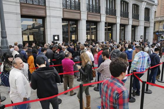 Apple-Store in Madrid: Parallel zum iPhone 6 hat Apple auch das Bezahlsystem Apple Pay eingeführt. Nur 72 Stunden hat es gedauert, um eine Million Menschen zur Nutzung zu bringen.