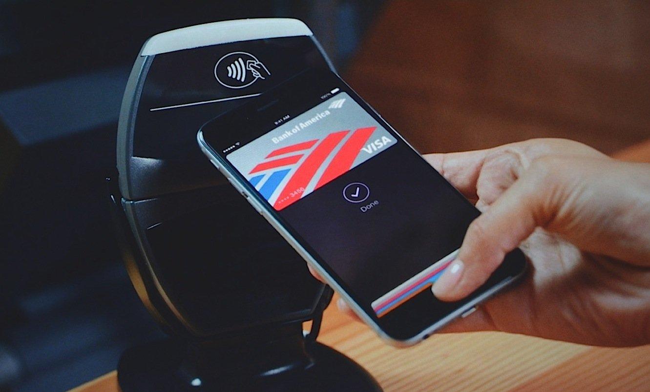 Das mobile Bezahlen mit Apple Pay funktioniert über Near Field Communication: Das Smartphone überträgt die Kreditkarteninformationen dabei per Funk.