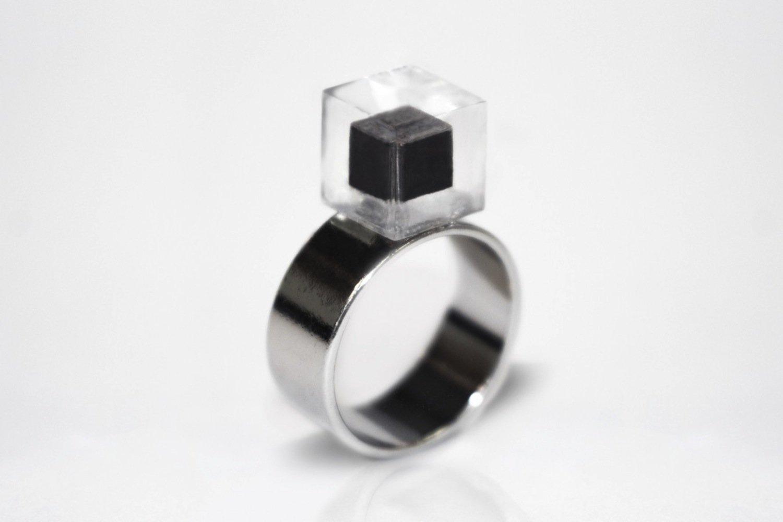 Ein Ring von Daan Roosegaarde: Der Stein ist aus dem Kohlenstoff aus 1000 Kubikmeter Luft gefertigt.