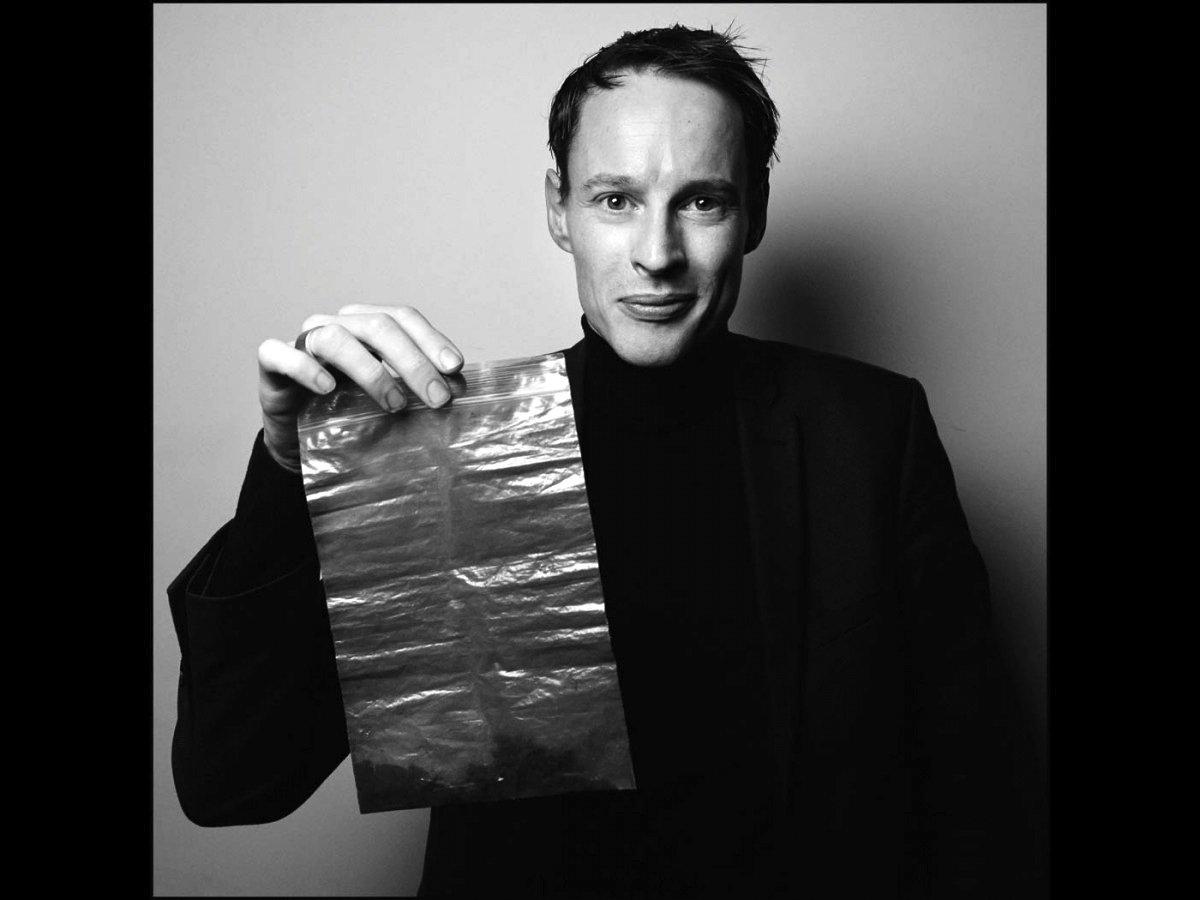 Der dänische Künstler Daan Roosegaarde mit dem Ruß, den er aus der Luft gefiltert hat und zu Schmuck weiter verarbeitet.