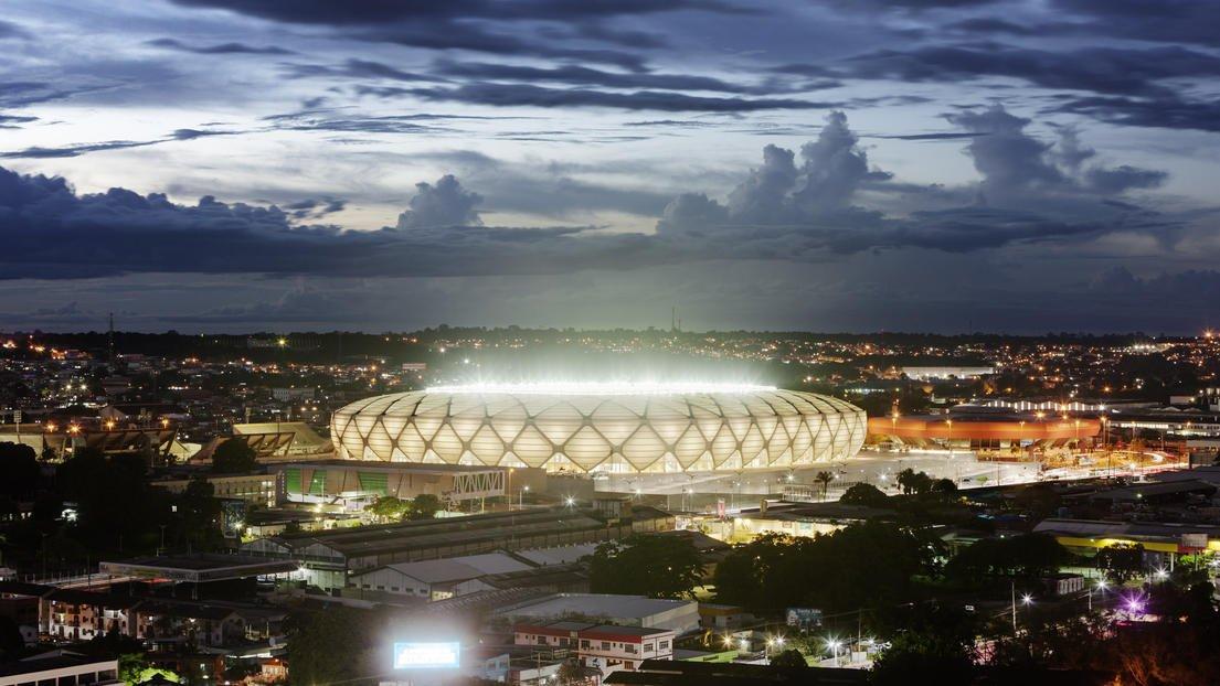 Das Fußballstadion in Manaus bei Nacht liefert einen beeindruckenden Anblick.
