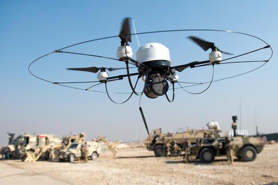 Eine Drohne der Bundeswehr fliegt im Dezember 2013 während einer Übung durch das Camp Marmal in Masar-i-Scharif, Afghanistan. Terroristen könnten Drohnen für Biowaffenanschläge missbrauchen, warnt die britische Studie.