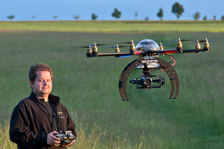 Der Flugroboter Moviecopter: Seit Jahren steigt die Zahl der behördlichen Genehmigungen für Flugroboter – für Imagefilme liefern sie etwa Luftaufnahmen von firmeneigenen Werkshallen.