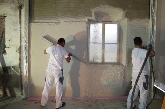 Denkmalgeschützte Gebäude lassen sich mit einem speziellen Putz von innen dämmen. Der Mörtel kann bei Bedarf rückstandsfrei abgelöst werden.
