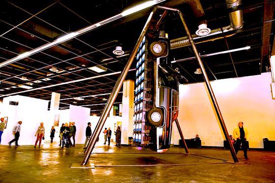 Wie eine Schiffschaukel schwankt der 6,50 Meter lange, schwarze Cadillac Fleetwood Brougham des Künstlers Wolf Vostellan einer etwa zehn Meter hohen Stahlkonstruktion.