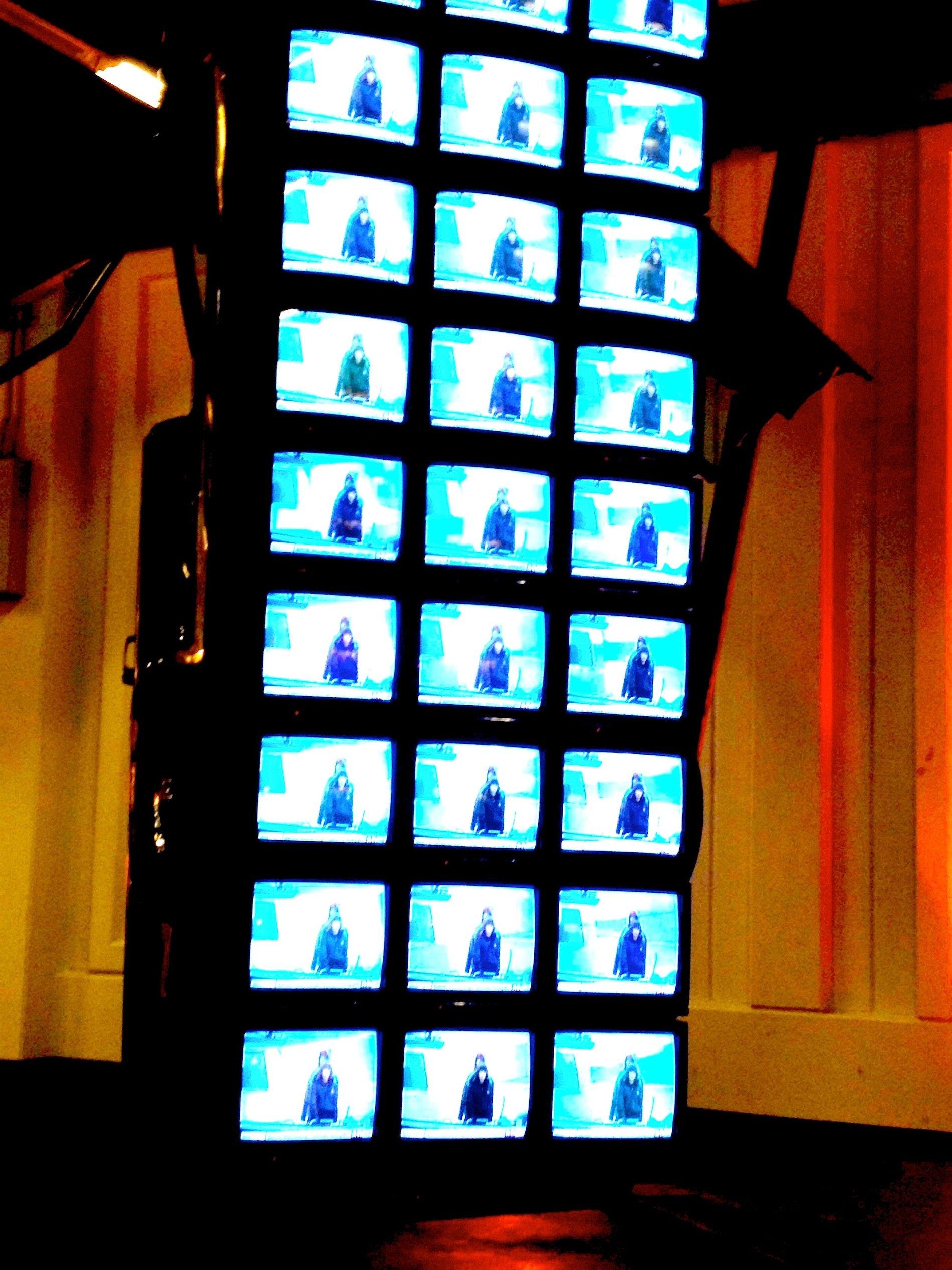 Die Unterseite des Cadillacs ist mit 33 Fernsehern bedeckt, die die Weltnachrichten zeigen.