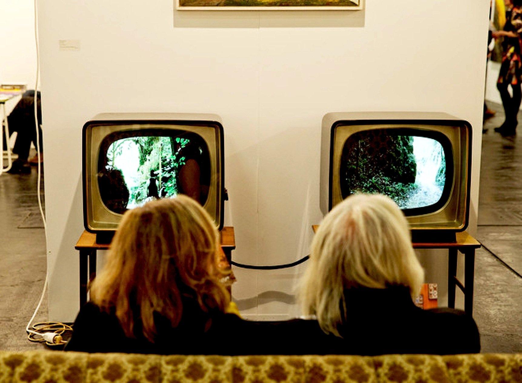 Fernseher der ersten Stunde in der Ausstellung Art Fair in Köln.