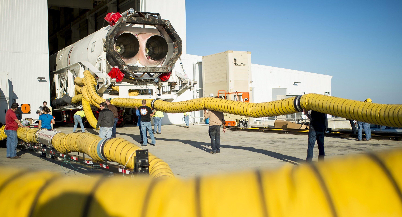 Da war sie noch heil: die Antares-Rakete mit der Cygnus-Raumkapsel an Bord auf dem Weg zur Startrampe.