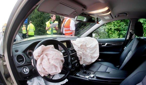 Aktuelle Zahlen der Sachverständigenorganisation KÜS hochgerechnet sind auf Deutschlands Straßen etwa 100.000 Autos mit defekten Airbags unterwegs.