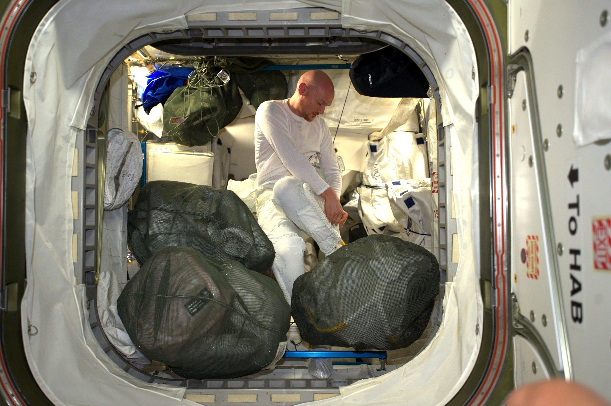 Gewährte viele Einblicke: Astronaut Alexander Gerst ließ viele Fans über Facebook an seiner Weltraummission teilhaben. Und zeigte sich vor seinem Weltraumspaziergang auch in Spezialunterwäsche für den Raumanzug.