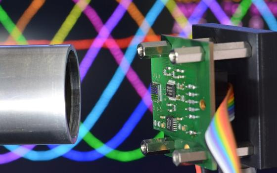 Auf der Testplatine befindet sich der Polarisationssensor, der den Drehwinkel misst. Links im Bild: Eine Welle mit integrierter Polarisationsfolie.