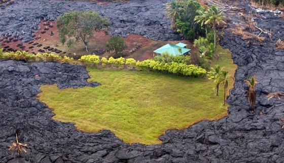 Der über 1200 Meter hohe Vulkan Kilauea auf Hawaii schiebt seit Juni Lavamassen über die Hauptinsel Hawaii. Seit den 1980er Jahren bricht der Kilauearegelmäßig aus. Viele Lavaströme fließen allerdings an den Flanken des Berges durch unbewohnte Gebiete in den Pazifik. Jetzt fließt Lava auch zur Stadt Pahoa. Im Bild ein teilweise verschonter Friedhof.