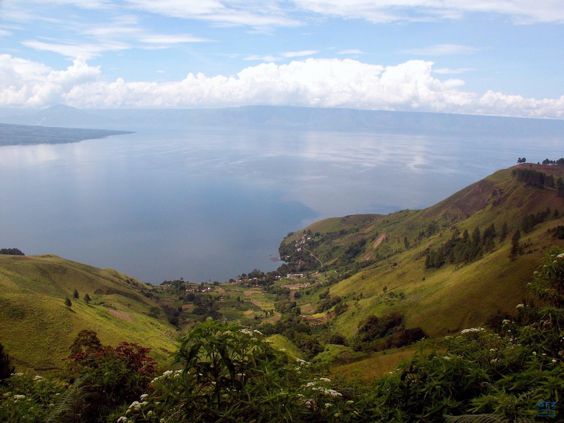 Blick vom Kraterrand auf die Toba-Caldera auf der indonesischen Insel Sumatra. Der See ist 87 Kilometer lang und entstand beim Ausbruch des Super-Vulkans Toba.