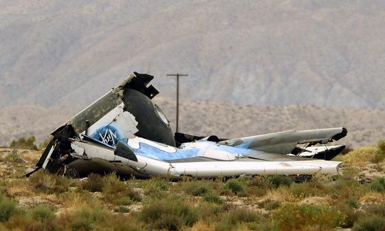 Trümmer der SpaceShipTwo: Das private Raumflugzeug stürzte am Freitag bei einem Testflug über der kalifornischen Mojave-Wüste ab. Pilot Michael Alsbury (39) kam bei dem Unglück ums Leben, Peter Siebold konnte sich mit seinem Fallschirm schwer verletzt retten.