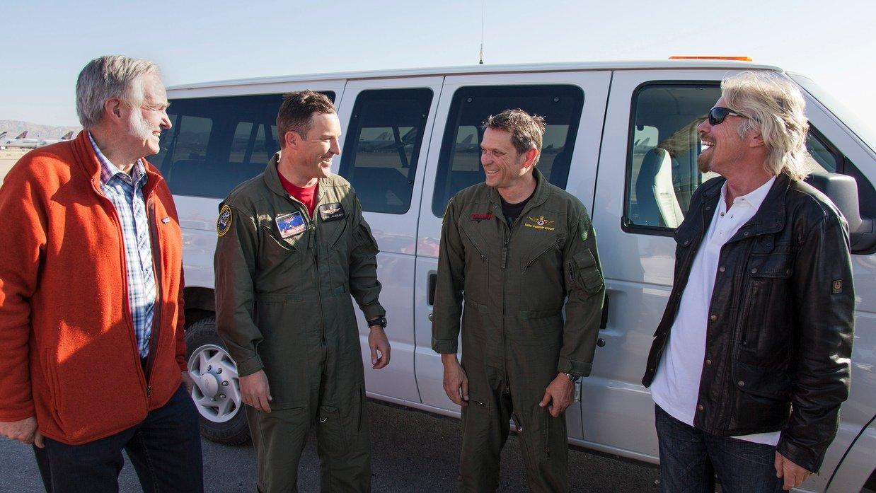 Mike Alsbury(2.v.l.) steuerte am 31. Oktober 2014 zum vierten Mal die Raumfähre SpaceShipTwo bei einem Testflug. Es kostete ihn diesmal das Leben. Richard Branson (re.) versprach eine lückenlose Aufklärung des Unglücks.