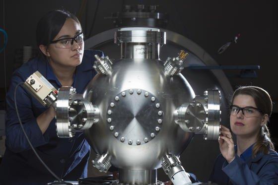 Zwei Ingenieurinnen im Entwicklungslabor Stunk Works mit dem Fusionsreaktor.