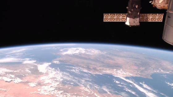 Die ISS fliegt über Nordafrika und gibt den Blick über das Mittelmeer und Spanien frei. Der Live-Stream läuft ruckelfrei und gibt dem Betrachter ein Gefühl dafür, wie schnell die Raumstation über die Kontinente flitzt.