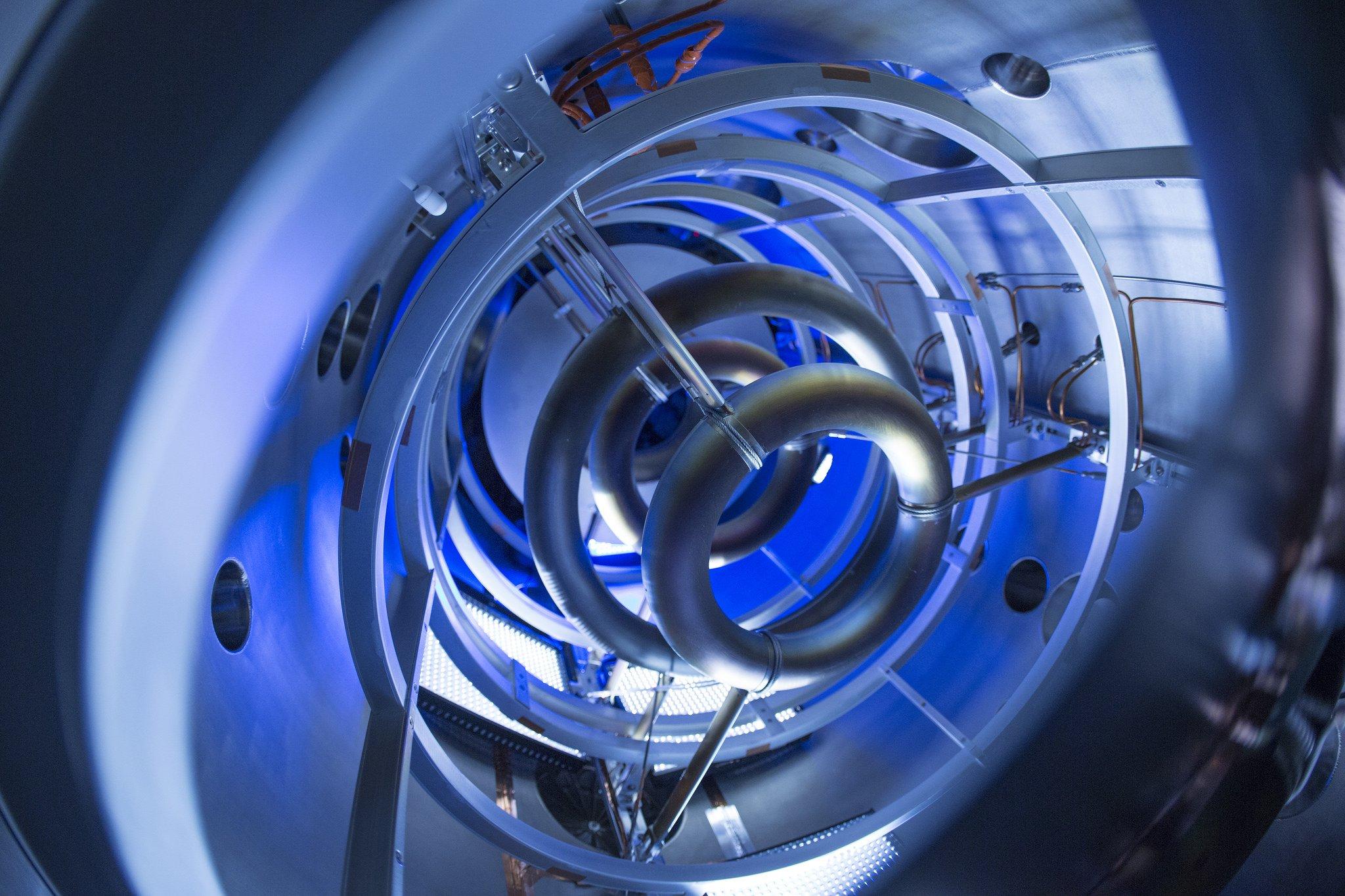 Blick in den Fusionsreaktor von Lockheed Martin: Spulen im Inneren des Reaktors sollen das Plasma in Schach halten.