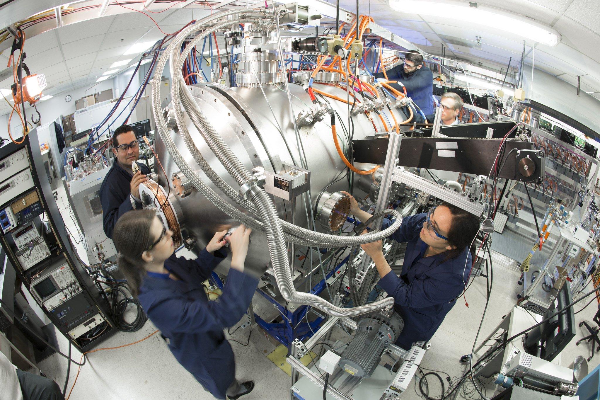 Entwicklungsabteilung von Lockheed Martin: Das Forschungsteam von Thomas McGuire (l.) bei der Arbeit am Fusionsreaktor.