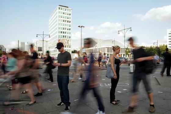 Smartphone-Nutzer in Berlin-Mitte: Ohne Handy geht vermeintlich gar nichts mehr. Gefangen in der virtuellen Welt, verschwimmt die reale für digitale Junkies.