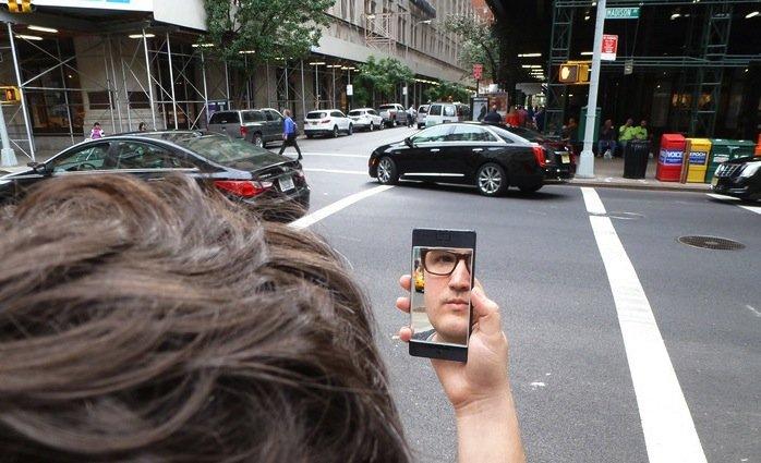 Das NoPhone in der Selfie-Variante: Eine vorne aufgeklebte Spiegelfolie gibt dem Nutzer das Gefühl, ein Selbstporträt machen zu können.