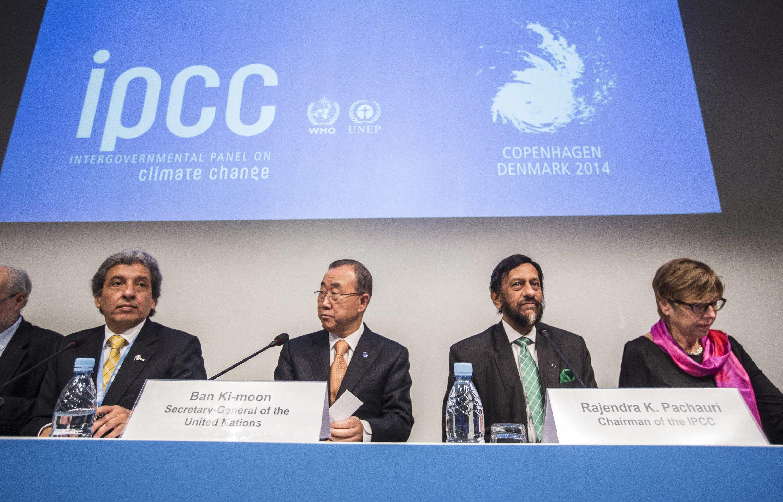 """Bei der Präsentation des IPCC-Syntheseberichts in Kopenhagen am 2. November 2014 sagte der Vorsitzende des Weltklimarates Rajendra Pachauri: """"Die wissenschaftliche Gemeinschaft hat gesprochen, jetzt geben wir den Staffelstab an die politischen Entscheidungsträger weiter."""""""