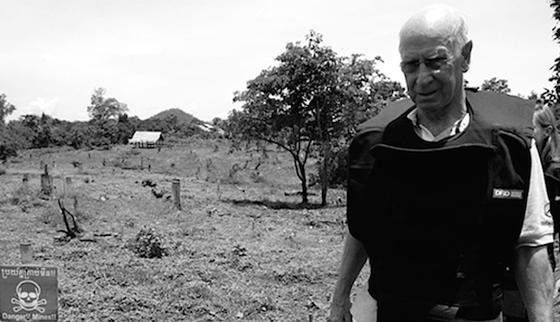 """Die britische Fußball-Legende Sir Bobby Charlton sammelt über das Hilfsprojekt """"Find a better way"""" Gelder für wegweisende Forschungsvorhaben ein. Sie sollen vor allem Kriegsverletzten zugute kommen. Charlton richtete dieses Projekt ein, nachdem er 2011 Minenfelder in Kambodscha besucht hatte."""