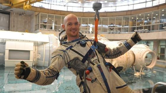 """Viereinhalb Jahre lang wurde Astronaut Alexander Gerst auf seine Mission """"Blue Dot"""" vorbereitet. Unter Wasser trainierte er unter anderem im Sternenstädtchen bei Moskau. Damit wurde der Ausstieg aus der Internationalen Raumstation ISS geübt. Am 28. Mai 2014 beginnt seine Mission mit dem Start vom Weltraumbahnhof Baikonur."""