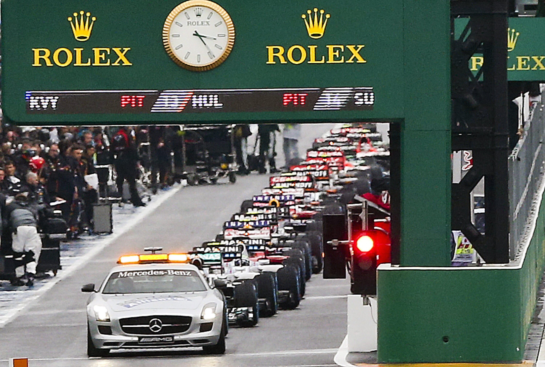 Safety Car beim Formel-1-Rennen in Suzuka: Nach dem schweren Unfall von PilotJules Bianchi warten die Fahrer auf den Neustart des Rennens.