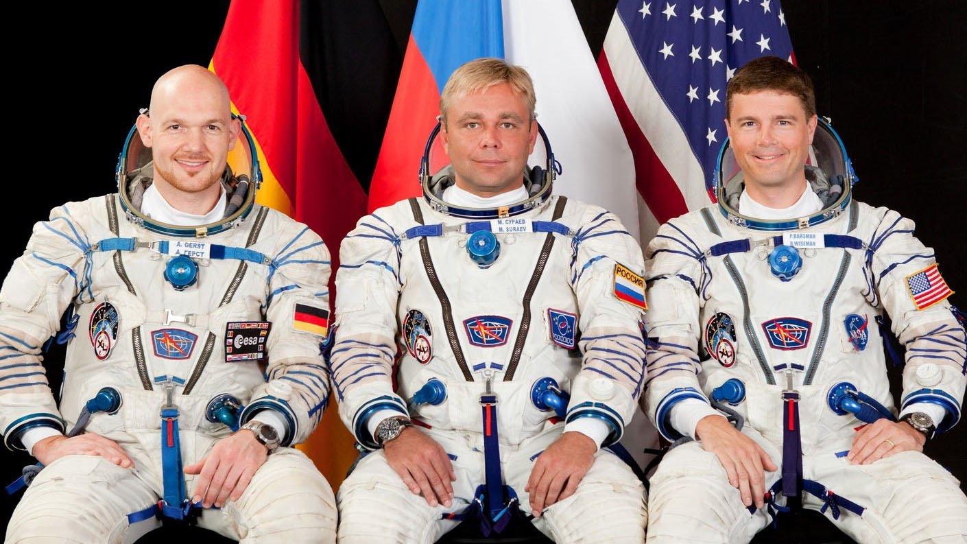 Am 28. Mai 2014 startet Alexander Gerst (l.) mit dem russischen Kosmonauten Maxim Suraev (M.) und dem amerikanischen Astronauten Reid Wiseman (r.) für sechs Monate zur Internationalen Raumstation ISS.